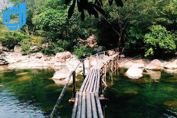 Đắm mình tiên cảnh nơi suối nước moọc Quảng Bình
