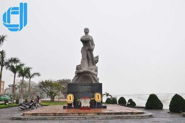 Tạc tượng mẹ - người anh hùng trên dòng Nhật Lệ